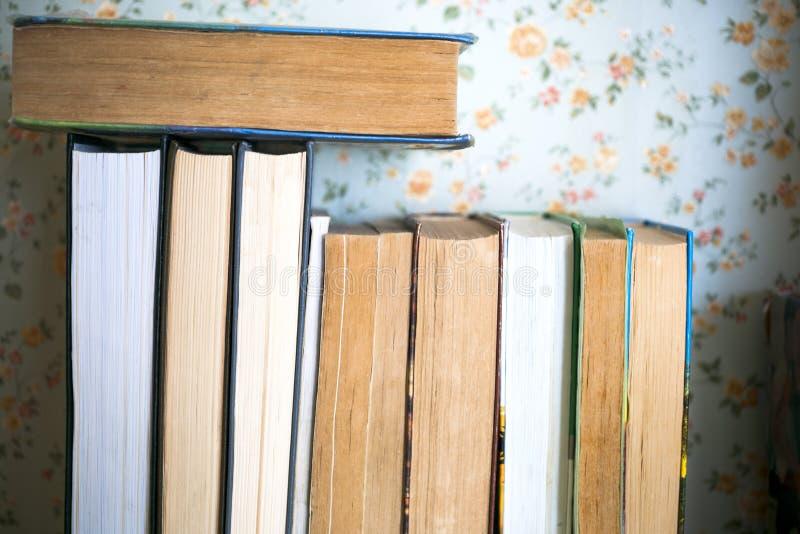 Открытые книги, застеленные книги на ярком цветном фоне стоковая фотография rf