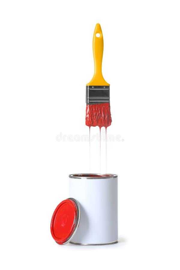 Открытые консервная банка и щетка краски на белизне стоковое фото rf