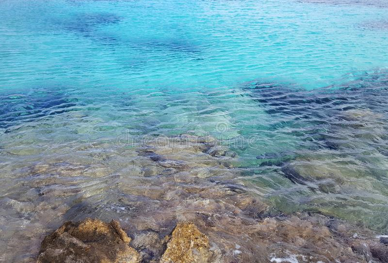 Открытые моря на скалистом бечевнике стоковые фотографии rf