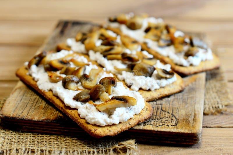 Открытые сандвичи с мягким сыром и грибами на деревянной доске Очень вкусные и здоровые вегетарианские сандвичи closeup стоковые изображения rf
