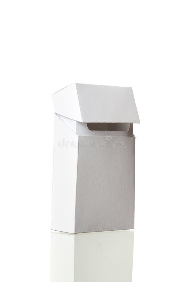 Открытые сигареты пакуют без сигарет изолированных на белом backgr стоковые изображения