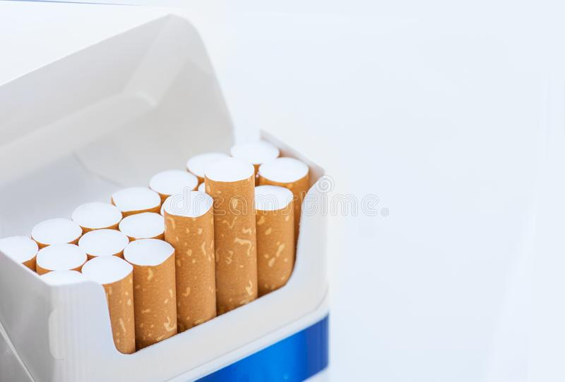 Открытый голубой пакет сигарет на белизне стоковые фото