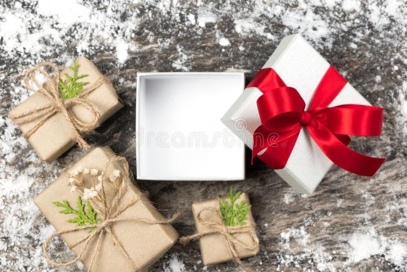 Открытый и пустой белый подарок с красным смычком ленты на деревянном backgrou стоковые фото