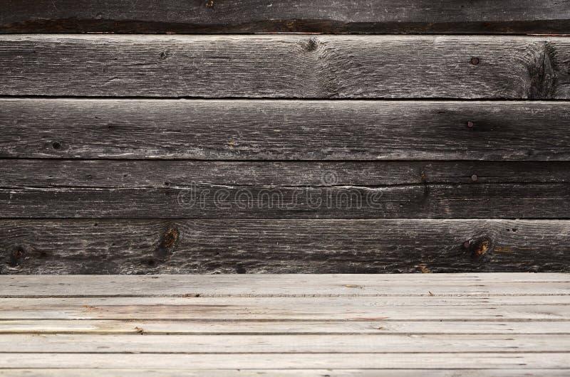 Открытый космос над деревянной поверхностью от горизонтальных доск на фоне темной деревянной стены Место для продукта presen стоковые фото