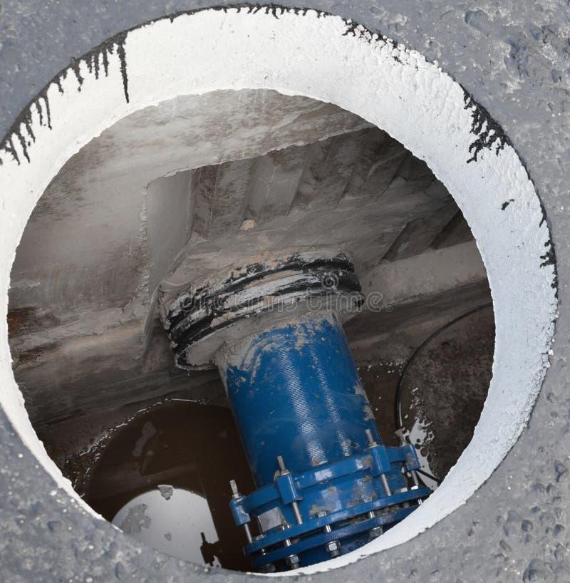 Открытый люк в бетонном блоке стоковые фотографии rf