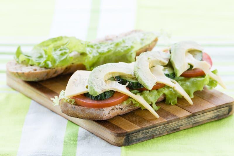 открытый сандвич с авокадоом и сыром стоковое фото rf