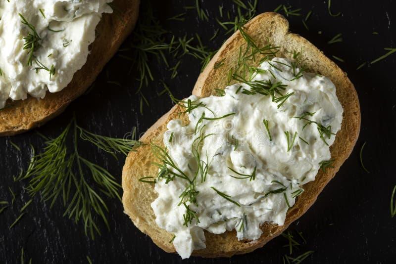 Открытый сандвич с сливк здравицы и сыра homande с свежее dil стоковая фотография rf