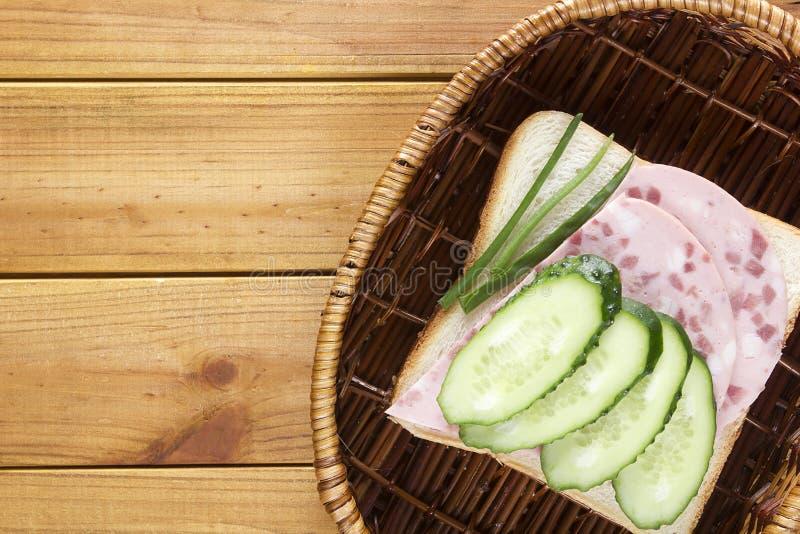 Открытый сандвич в плетеной корзине стоковое фото