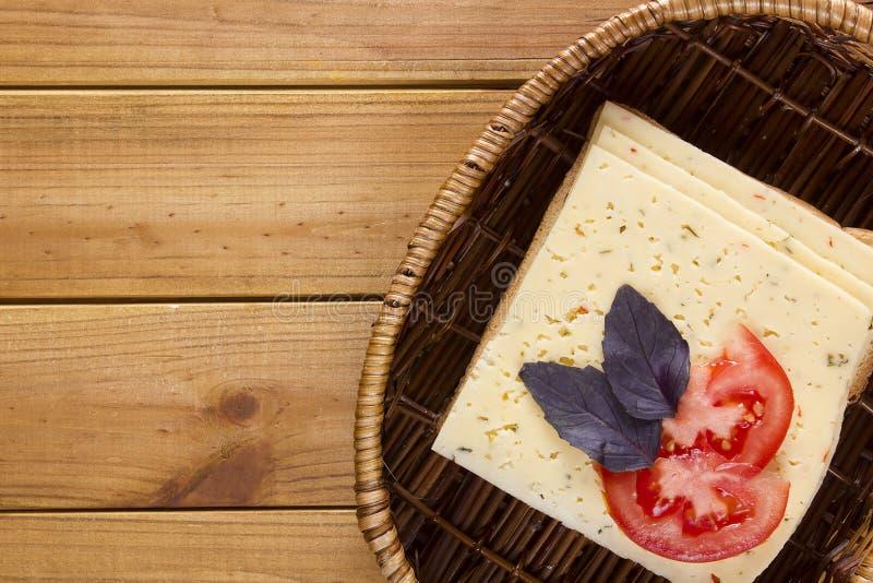 Открытый сандвич в плетеной корзине стоковые фотографии rf