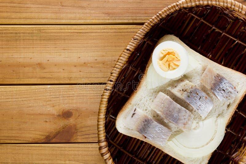 Открытый сандвич в плетеной корзине стоковые фото