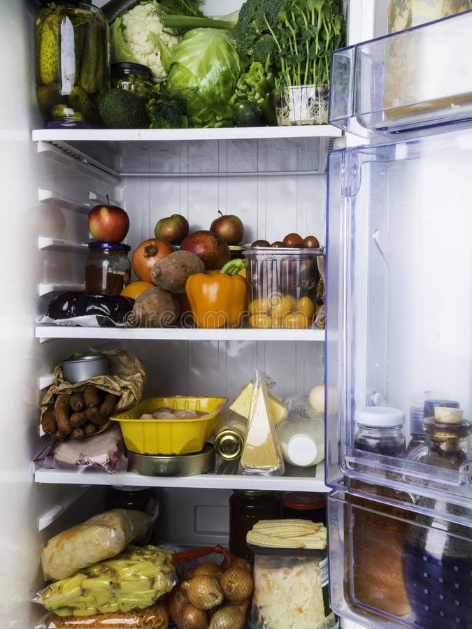 Открытый холодильник заполненный с едой стоковые изображения rf