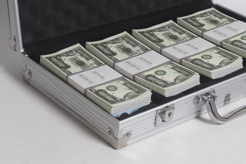 Открытый чемодан с миллионом долларами стогов счетов стоковые фотографии rf