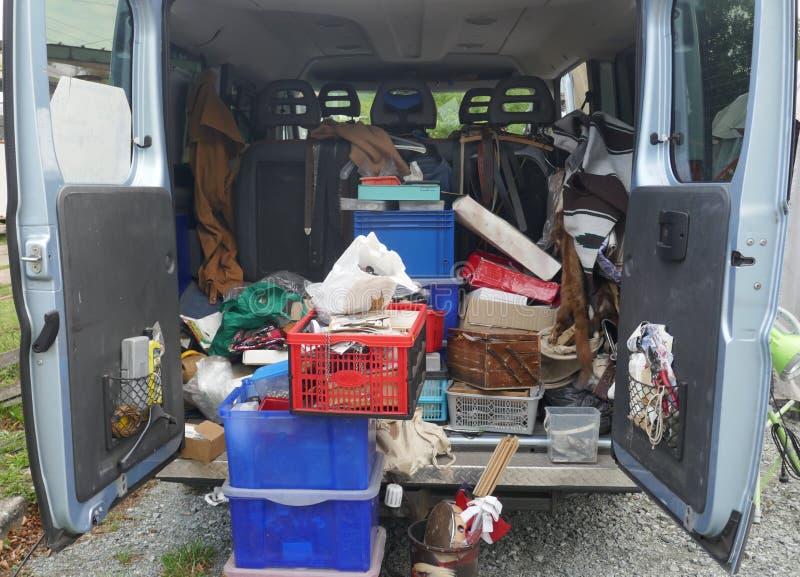 Открытый, untidy хобот фургона поставки, нагруженный с старыми инструментами, утилем и отбросом стоковое изображение