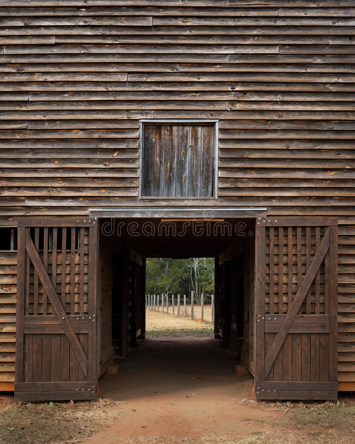 Открыть двери старого деревянного амбара стоковое изображение