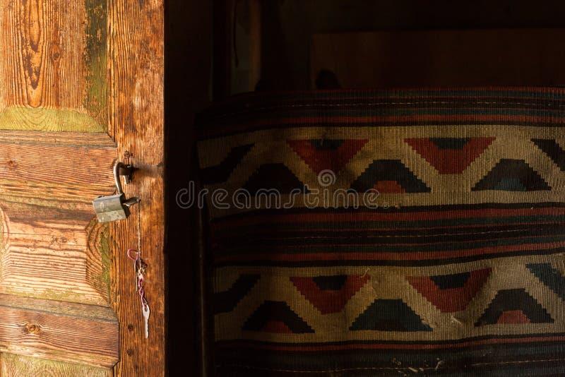 Открыть дверь и kilim стоковые изображения