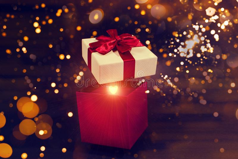 Открыть волшебную подарочную коробку в темном фоне стоковые фотографии rf