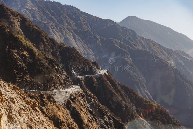 Отклоняющийся от прямого пути дорога сделанная вдоль стороны горы в зиме в Gangtok Северный Сикким, Индия стоковое фото