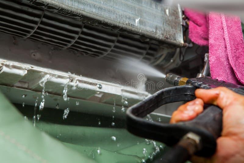 Отладка ремонтника и блок кондиционера воздуха чистки стоковая фотография rf