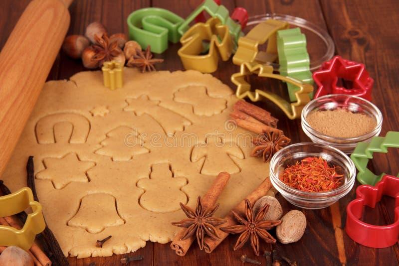 Отлитые в форму печенья готовые для печь стоковое изображение rf