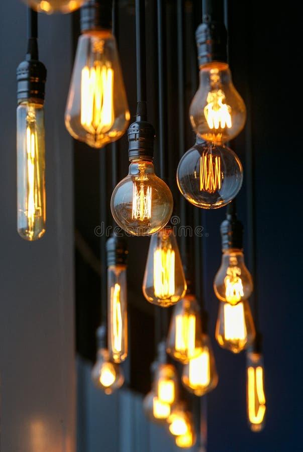 Отличающиеся винтажные лампы накаливания вольфрама вися от потолок стоковое изображение
