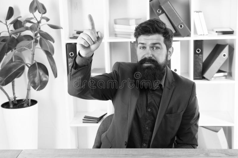 Отличная идея аналитика деловой активности Современный бизнесмен Мужская мода в офисе Хипстер бородатого аналитика человека зрелы стоковые изображения rf