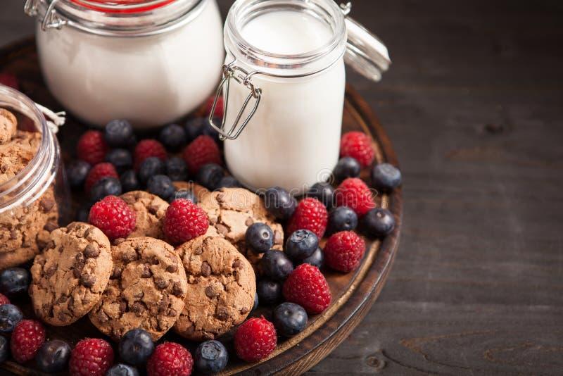 Отличная идея для десерта сделанного из печениь oatmel со свежими bluebarries и полениками стоковые изображения
