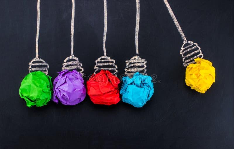 отличная идея Концепция творческих способностей с скомканным бумажным шариком ярким I стоковое фото rf
