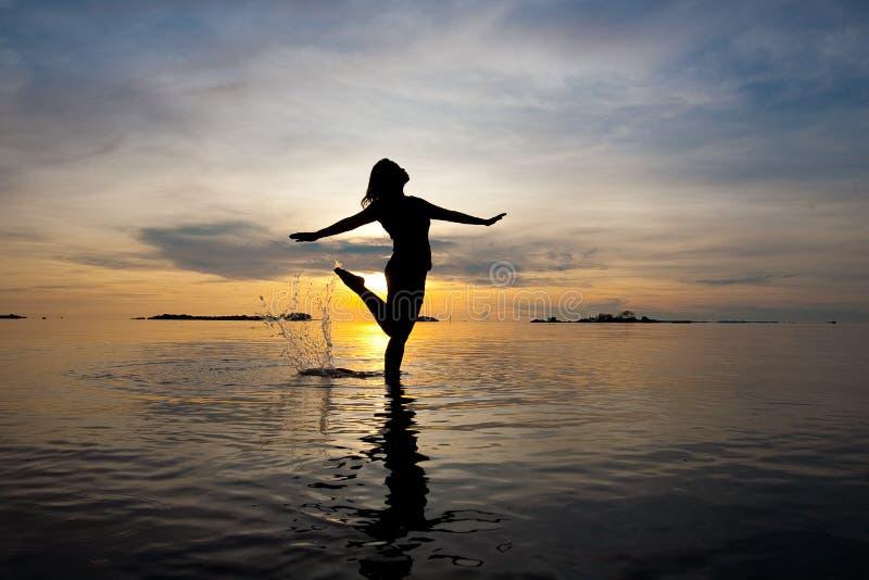 отмелая женщина воды силуэта стоковое фото rf