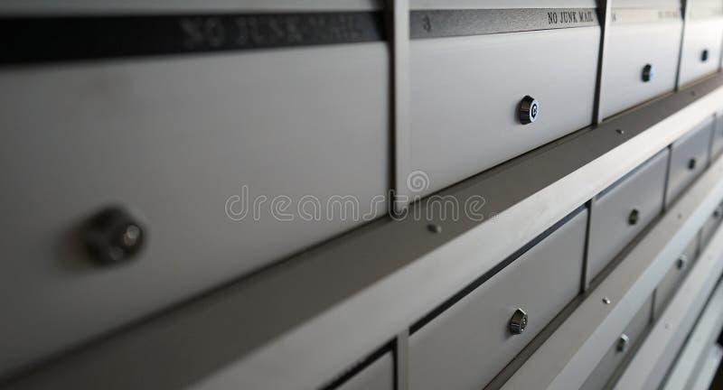 Отмелый DOF Почтовые ящики нового металла запертые, конец-вверх стоковое фото