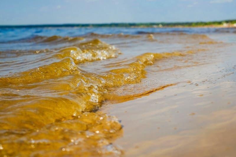 Отмель, волна свертывает к берегу стоковые фото