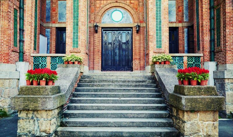 отнесенный дом фронта входа двери стоковые фото