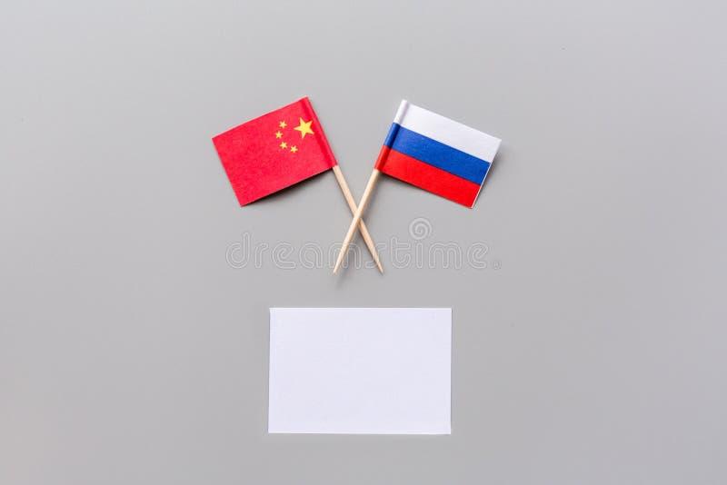 Отношения Кита-России Сотрудничество страны Русские и китайские флаги на белом космосе экземпляра взгляда сверху предпосылки r стоковые фото