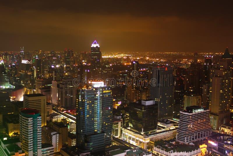 Отображайте показывающ некоторые здания и света города Бангкока вечером стоковая фотография rf