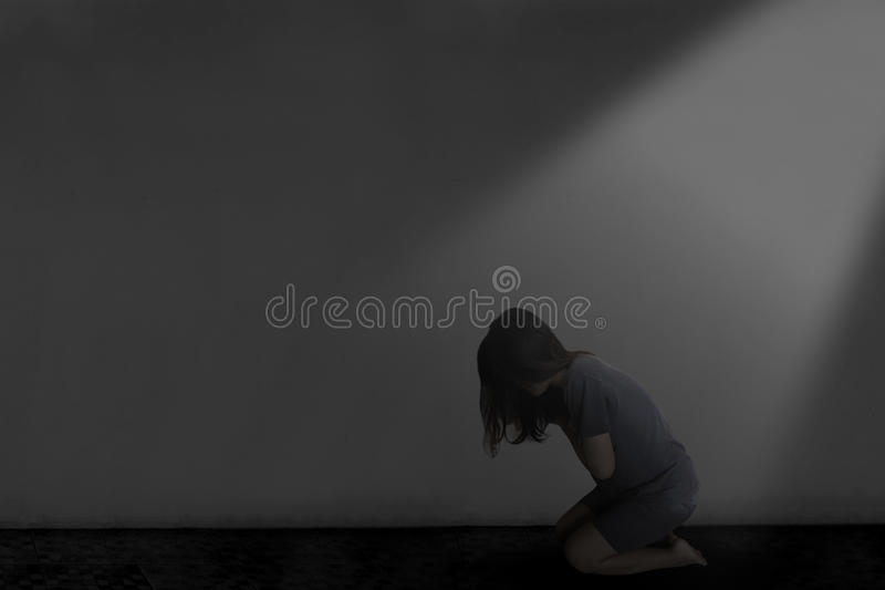 Отожмите женщину сидя в темноте стоковое фото rf