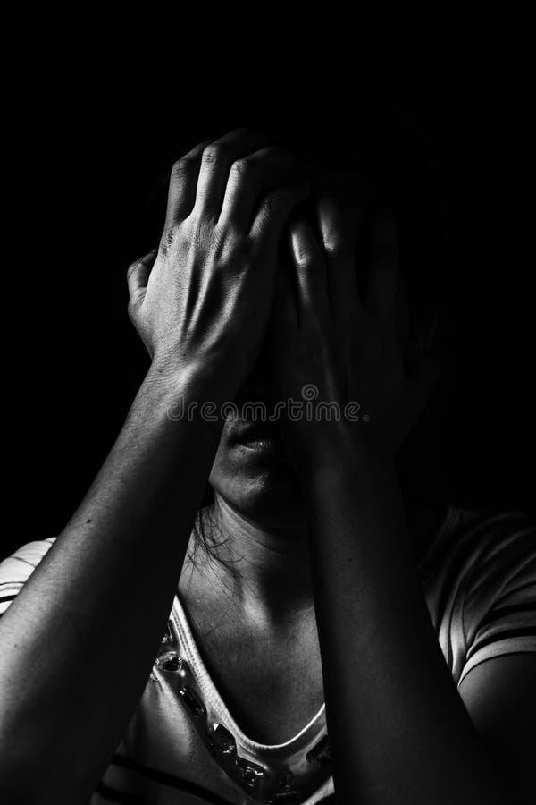 отожмите женщину стоя в темноте стоковое фото