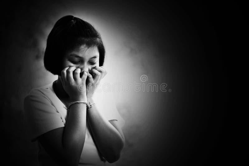 Отожмите и безвыходный ребенок с ртом крышки руки стоковые фотографии rf