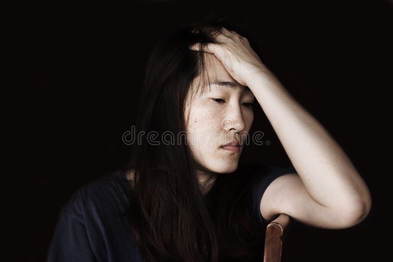 Отожмите и безвыходная женщина сидя на стуле стоковое фото