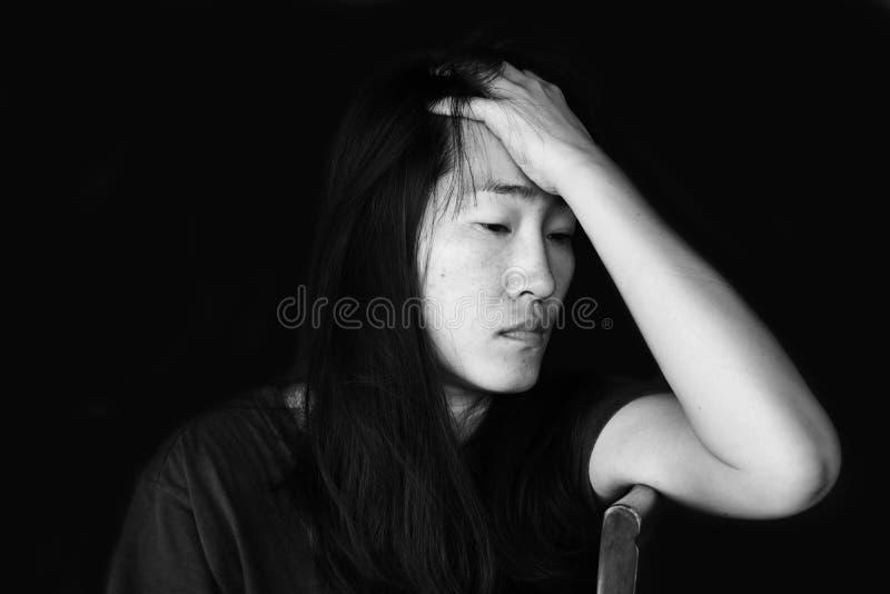Отожмите и безвыходная женщина сидя на стуле стоковое изображение rf