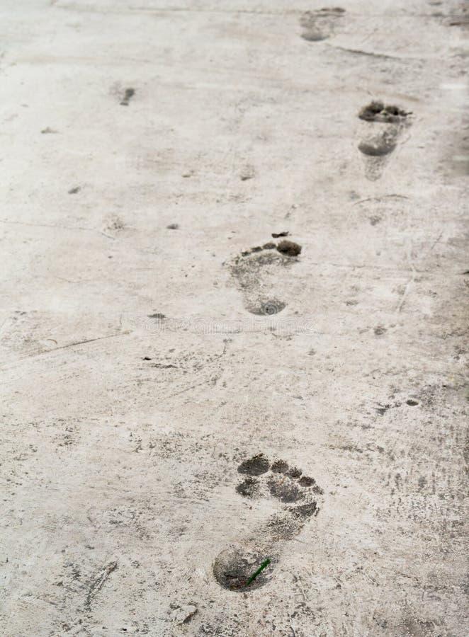 Отпечатки босых ног на старом stoneed поле текстуры стоковое фото rf