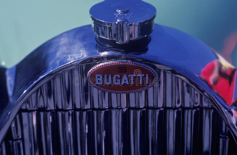 Отполированный гриль хрома винтажного автомобиля Bugatti на выставке автомобиля Laguna Seca классической в Carmel, CA стоковые фото