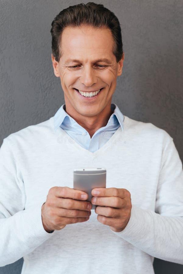 Отправка СМС к другу стоковые изображения