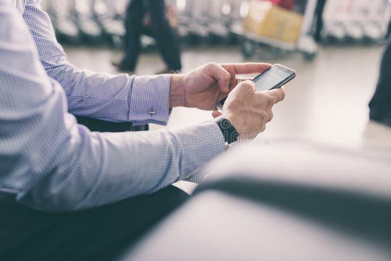 Отправка СМС на авиапорте стоковые фотографии rf