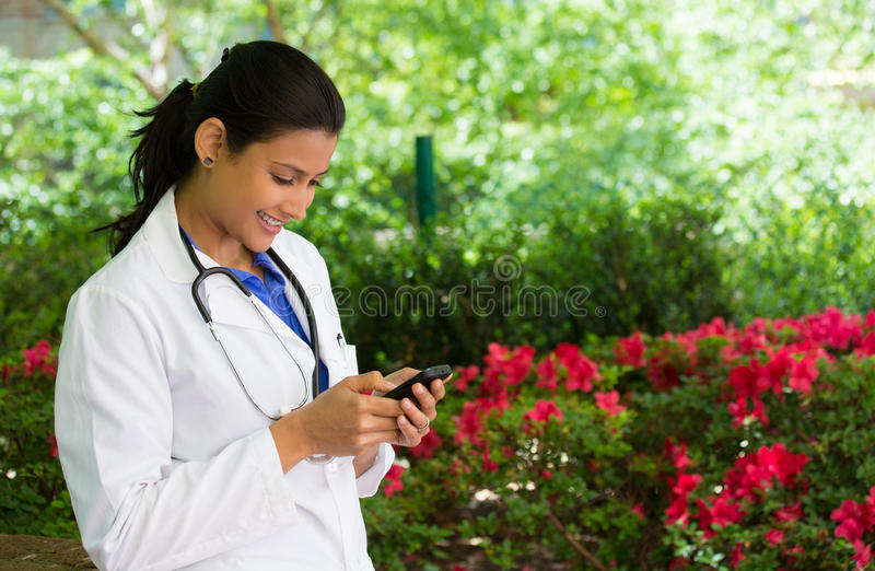 Отправка СМС специалиста в области здравоохранения стоковая фотография