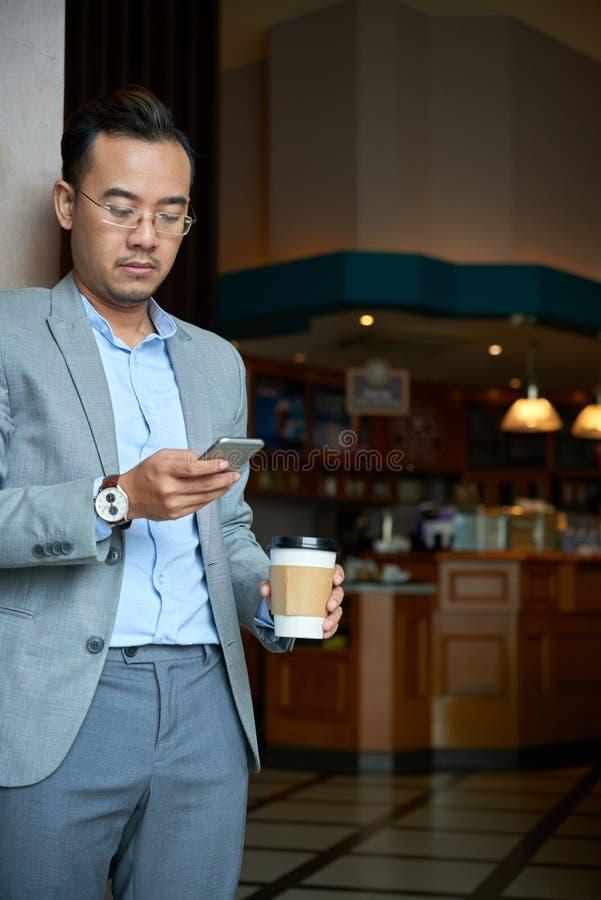 Отправляя СМС бизнесмен стоковое фото rf