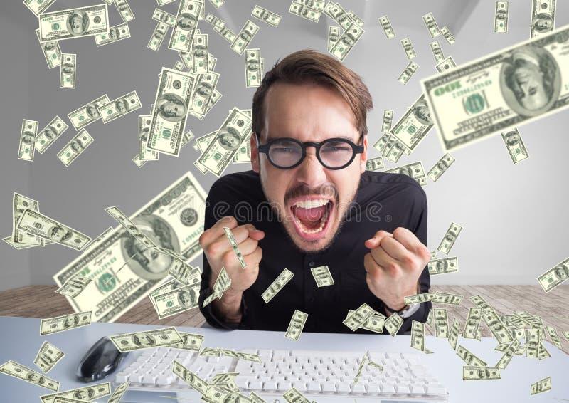 отправляя СМС деньги очень счастливый человек крича перед компьютером, деньги везде стоковое изображение rf