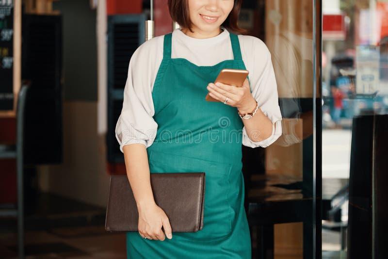 Отправляя СМС официантка стоковые изображения rf