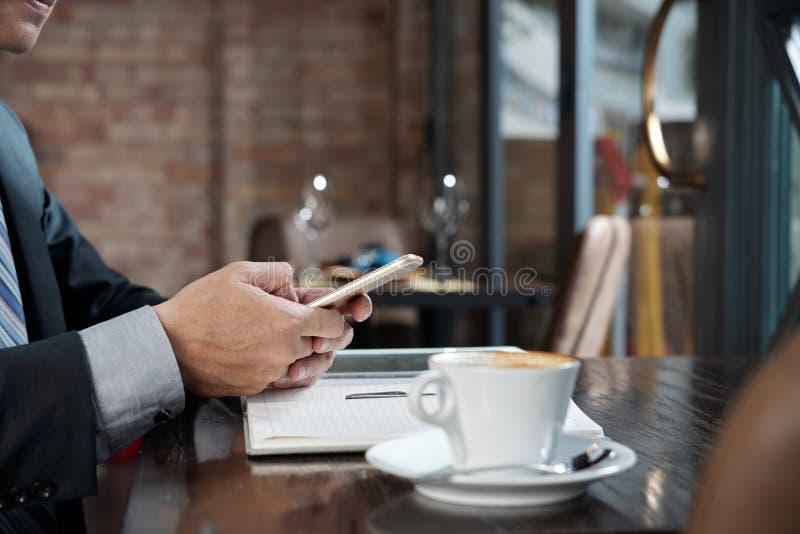Отправляя СМС предприниматель стоковое фото rf