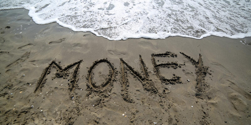 отправьте СМС ДЕНЬГИ на песке моря стоковая фотография rf
