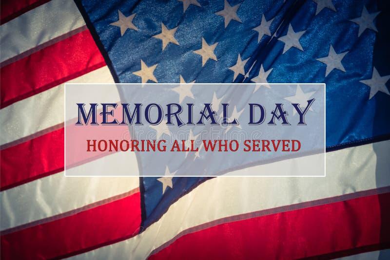 Отправьте СМС День памяти погибших в войнах и почетность на пропуская предпосылке американского флага стоковое фото