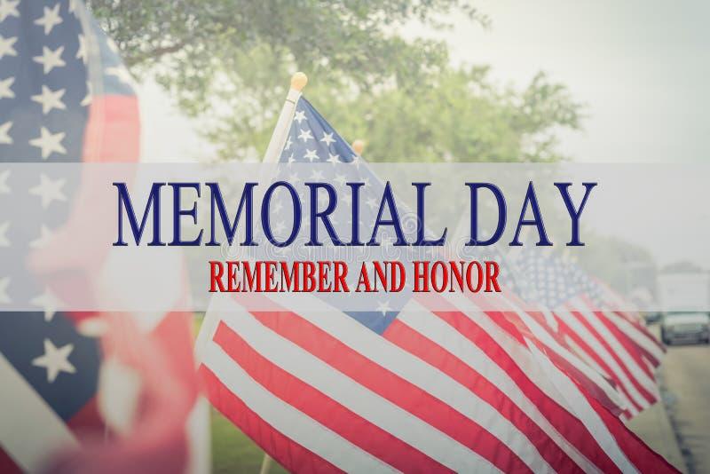 Отправьте СМС День памяти погибших в войнах и почетность на строке флагов лужайки американских стоковая фотография rf